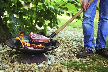 Steaks auf der Schaufel mit Chuckwagon Chile.