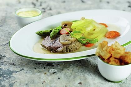 Schulterscherzel mit Sauce béarnaise und groben Croûtons.