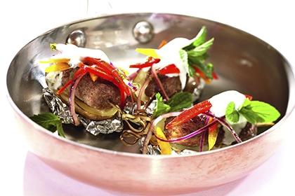 Rindskebab mit Folienerdäpfeln und Paprika-Minzsalat.