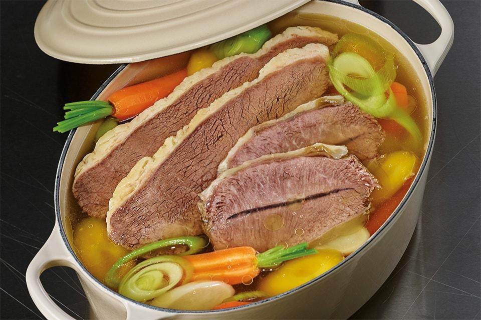 Rindfleisch in einem Topf, das gesiedet bzw. gekocht wird.