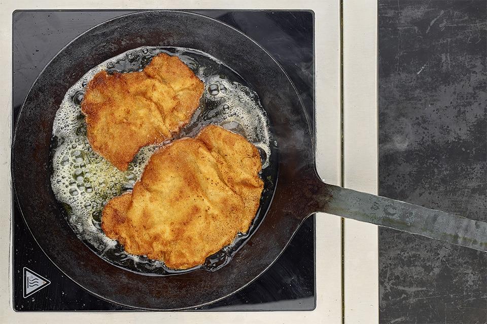 Rindfleisch, das in heißem Fett gebacken wird.