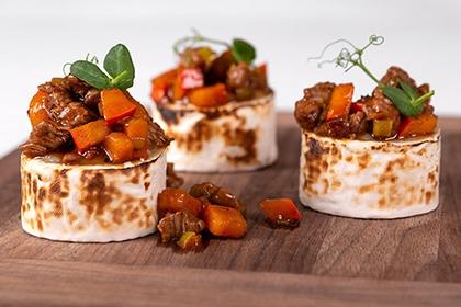 Filet-Ragout auf lauwarmem Ziegenkäse